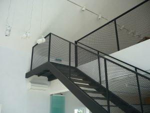 Zalety metalowych stopni schodowych