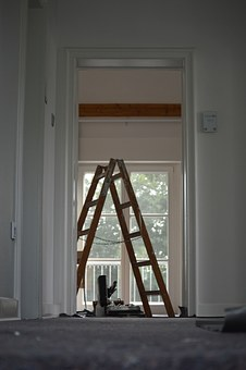 Szpachlowanie sufitów w mieszkaniach